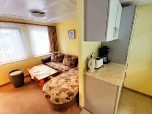 Bungalow 1 - Küche und Wohnzimmer (Schlafcouch)